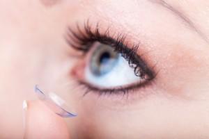 Kontaktlinsenträger haben ein erhöhtes Risiko für die Entstehung eines Gerstenkorns. Die richtige Augen-Hygiene schützt vor Infektionen.