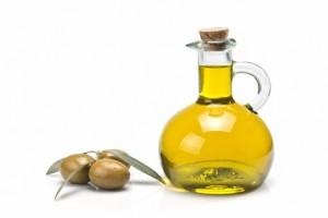 Olivenöl löst Verkrustungen und Verklebungen an den Lidrändern.